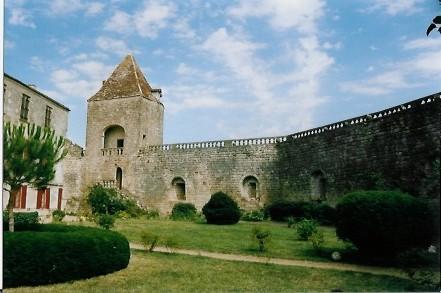 Château de Benauge - cour intérieure