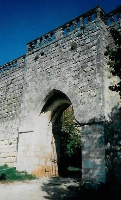 Château de Benauge - porte dans les remparts